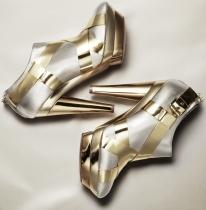 Tronchetti modello Maze in pelle metallizzata argentata con inserti in pelle specchiata dorata e doppi plateau