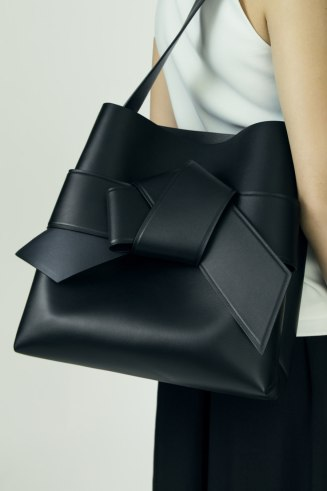Musubi shopper 1450$ Acne Studios Musubi Shopping black is a large shopper based on the knot in a traditional Japanese obi sash.